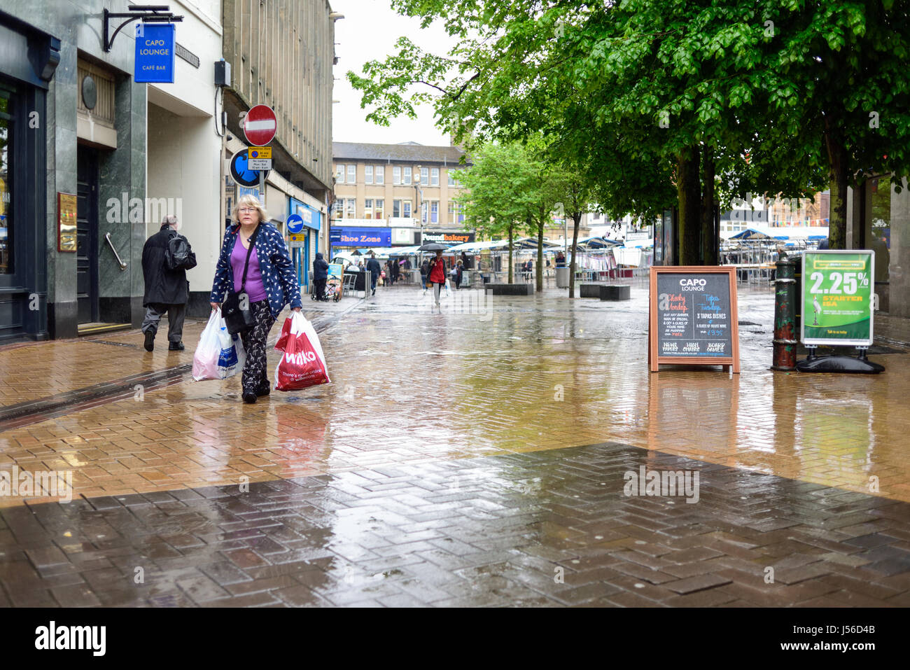 Mansfield, Nottinghamshire, UK: 17th May 2017. Torrential rain sweeps across the market town of Mansfield.Forecasters Stock Photo