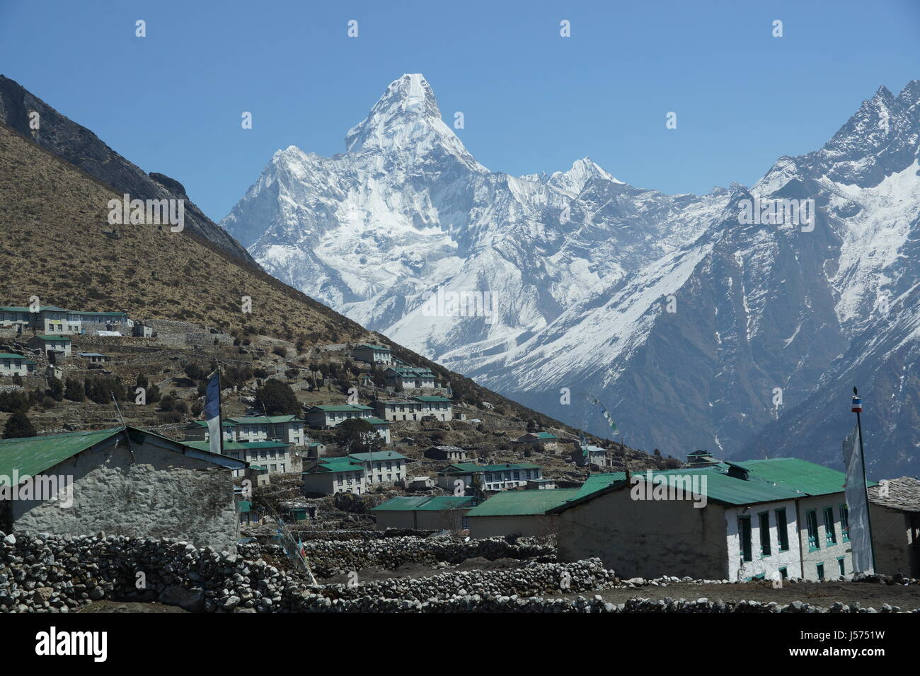The village of Khumjung with Ama Dablam in the background - Stock Image