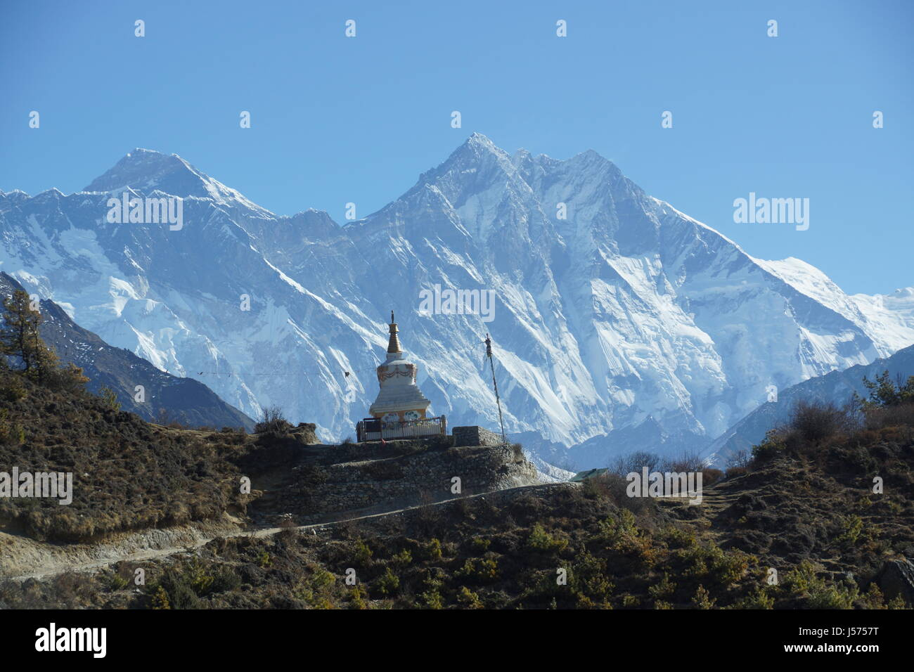 Tenzing Norgay Memorial chorten near Namche Bazaar, Nepal with Lhotse, Everest and Nuptse in the background - Stock Image