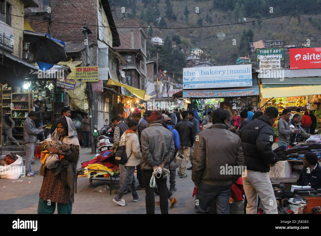 Street market in Manali, Himachal Pradesh, north India. - Stock Image