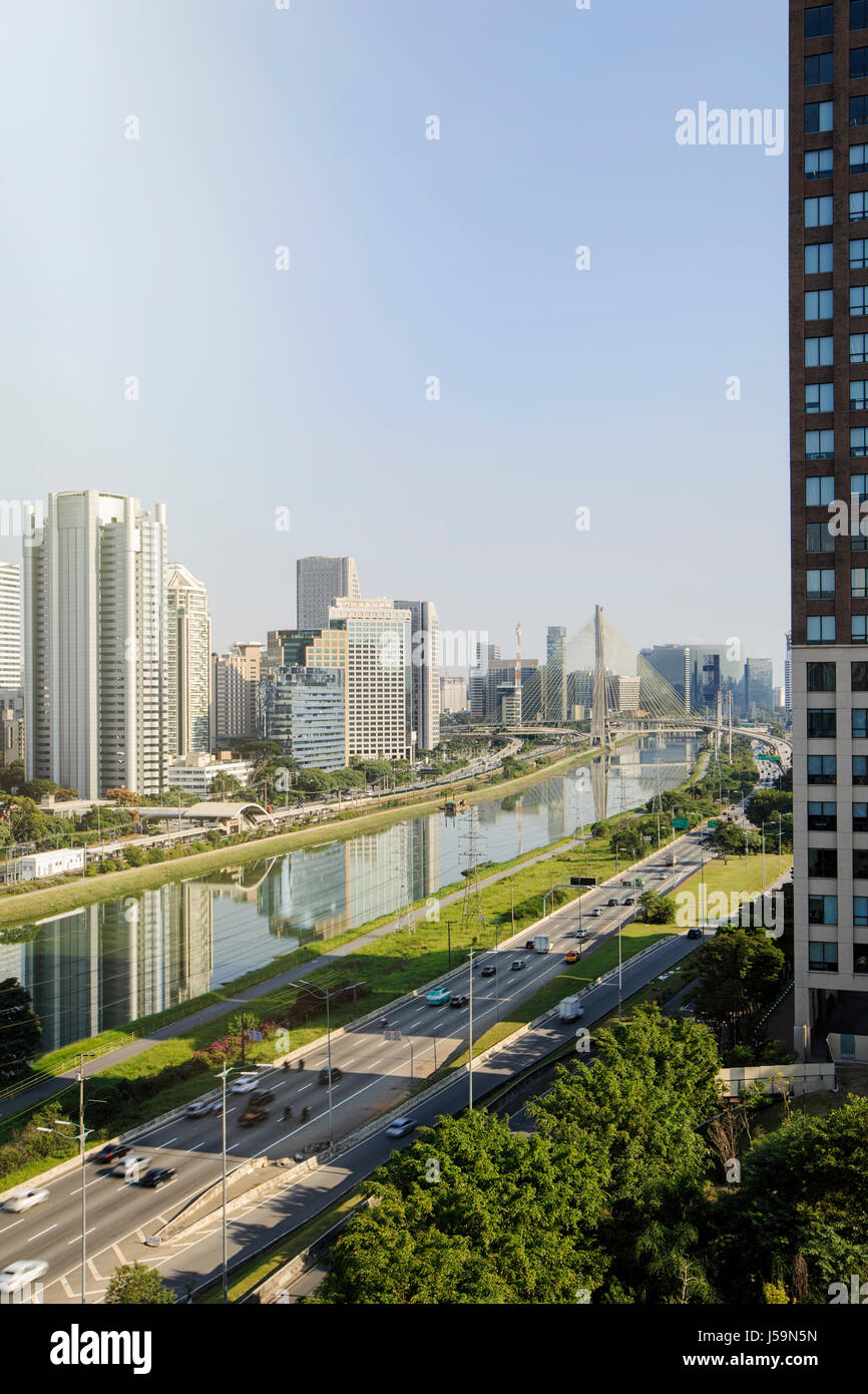 Sao Paulo - the Pinheiros river and the skyscrapers new centre in Brooklin on and around Engenheiro Luis Carlos - Stock Image