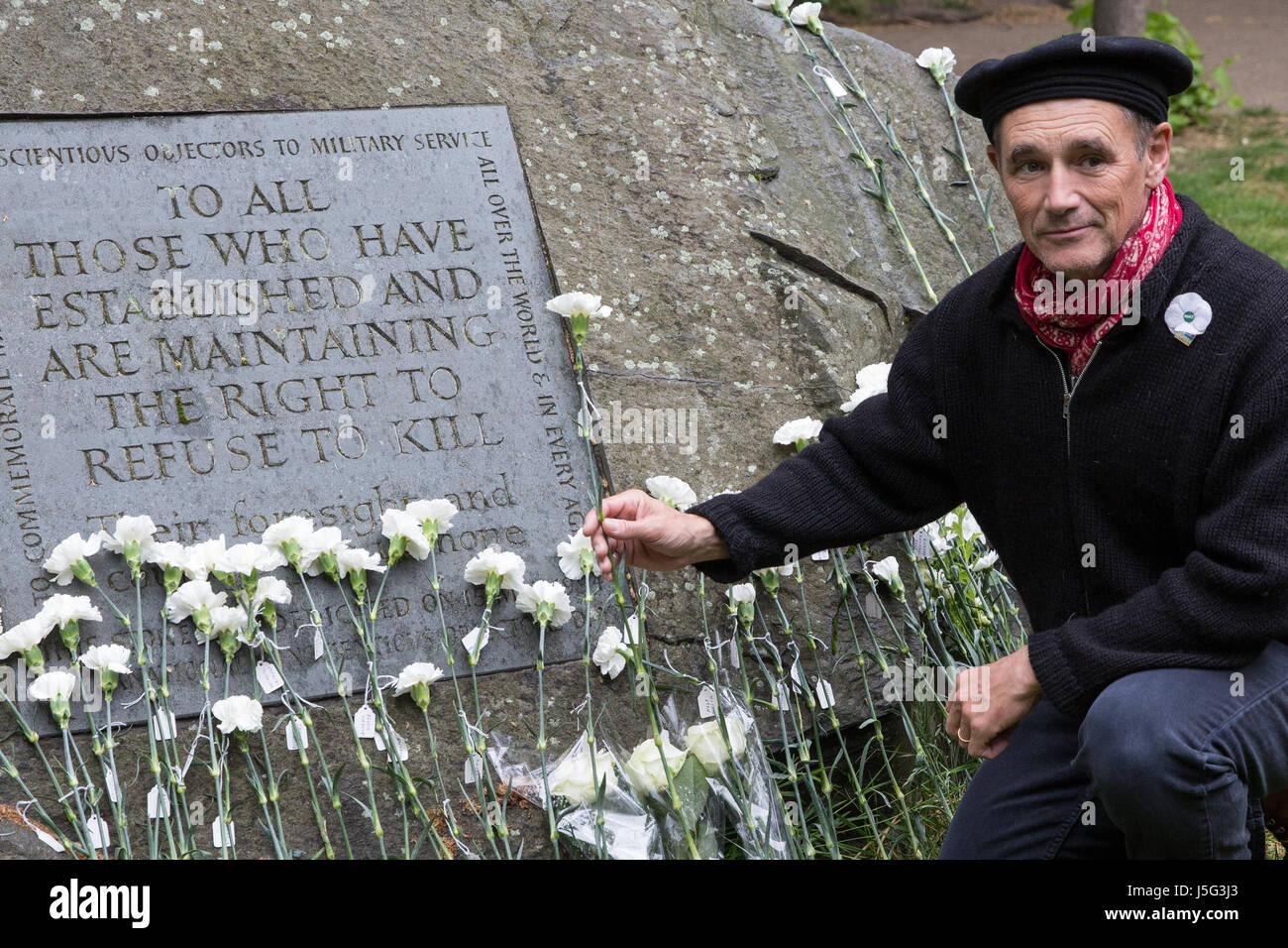 London, UK. 15th May, 2017. Sir Mark Rylance places a white flower in front of the Conscientious Objectors' - Stock Image