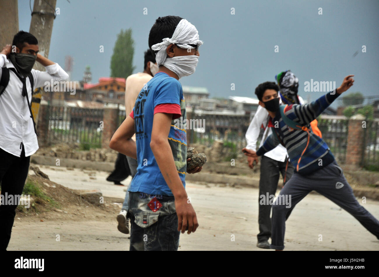 A young kashmiri boy holding stones during clashes at M.P school srinagar on May-17-2017. - Stock Image