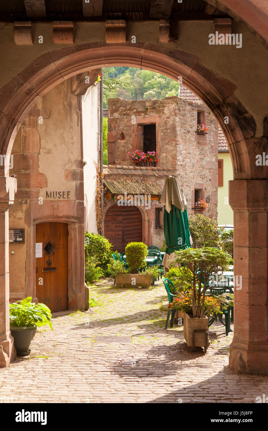 Arched entry to courtyard and Musee Historique, Kaysersberg, Alsace, France - Stock Image