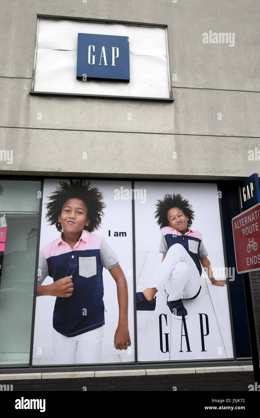 köper nu kvalitetsprodukter officiell webbplats Gap Kids advert outside a Gap clothing store in London UK KATHY ...
