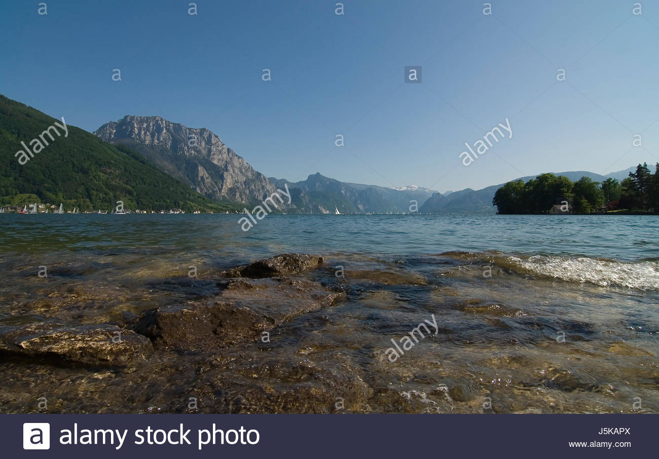 mountains upper austria fresh water lake inland water water unclouded cloudless - Stock Image