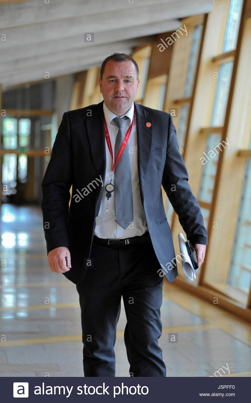Edinburgh, UK. 18 May, 2017. Neil Findlay making his way to the Chamber for First Ministers Questions.  Roger Gaisford/Alamy - Stock Image