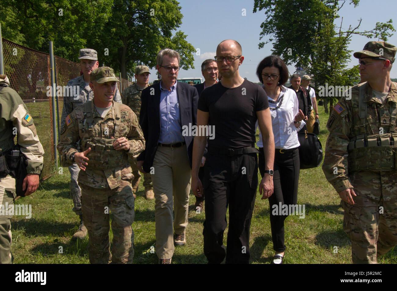 U.S. Army Commander Matthew Carpenter (left), U.S. Ambassador to Ukraine Geoffrey Pyatt (middle), and Ukrainian - Stock Image