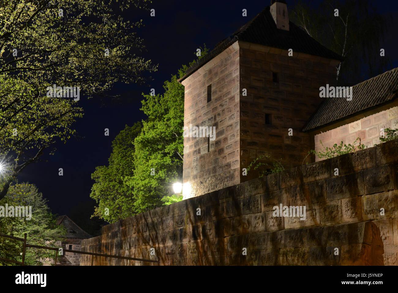 Die Nürnberger Stadtmauer bei Nacht. City walls of Nuremberg by night. - Stock Image
