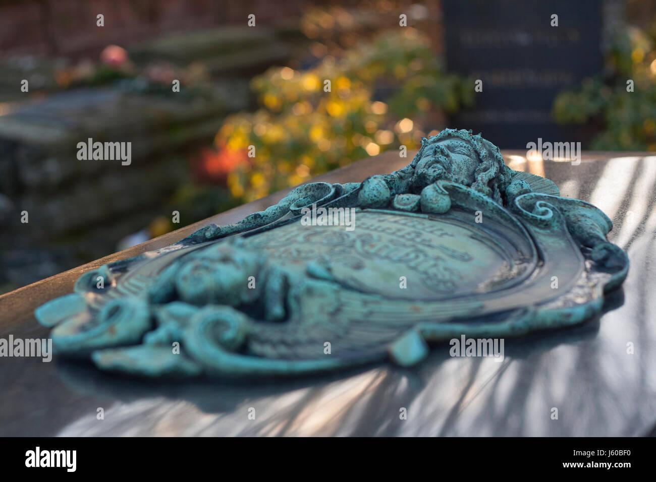 Liegender Grabstein auf dem St. Bartholomäus Friedhof, Nürnberg, Bayern, Deutschland. - Stock Image