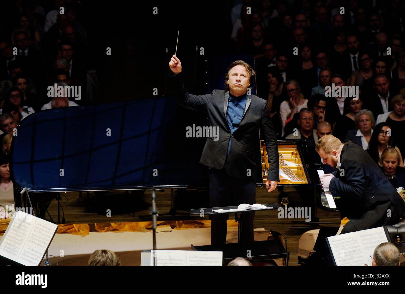 Czech piano player Lukas Vondracek (right) and Estonian conductor Kristjan Jarvi (left)  accompanied by the Czech - Stock Image