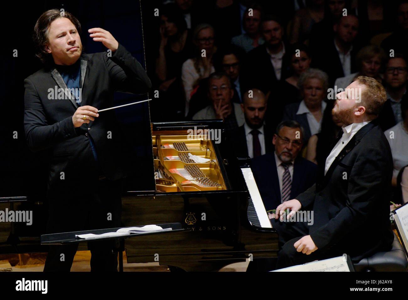 Czech piano player Lukas Vondracek (right) and Estonian conductor Kristjan Jarvi (right) accompanied by the Czech - Stock Image