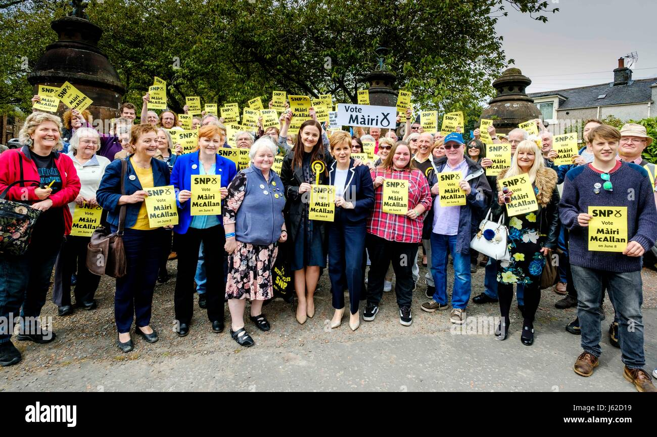 Moffat, UK. 19th May, 2017. Scotland's First Minister, Nicola Sturgeon joins Mairi McCallan, SNP candidate for - Stock Image
