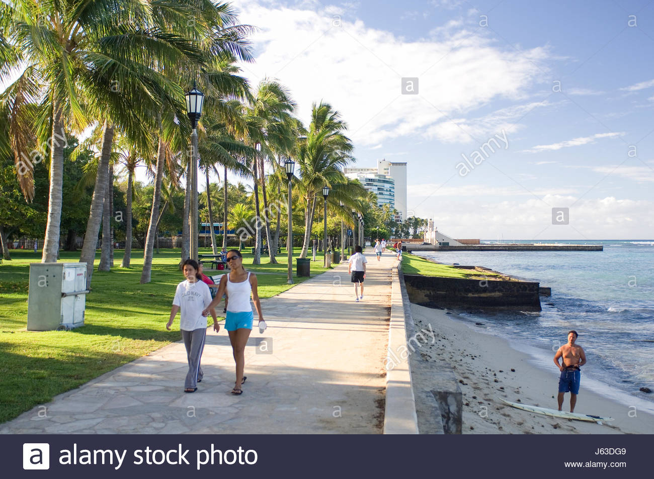 Looking towards the Natatorium from Queens Beach, Waikiki, Oahu, Hawaii, USA. Footpath along shoreline offers spectacular - Stock Image