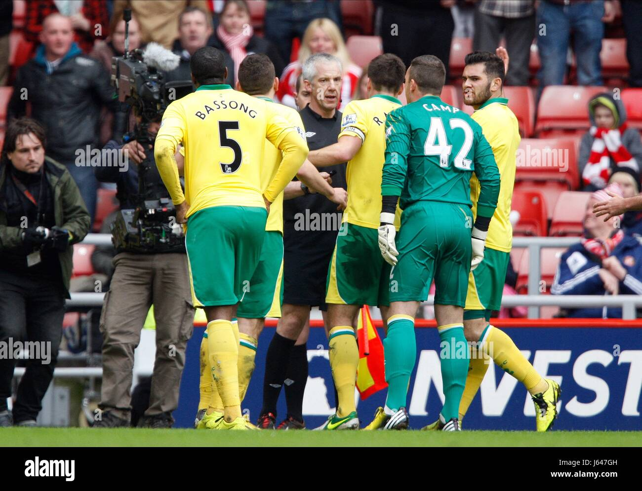 NORWICH PLAYERS CONFRONT REFER SUNDERLAND V NORWICH CITY FC STADIUM OF LIGHT SUNDERLAND ENGLAND 17 March 2013 - Stock Image