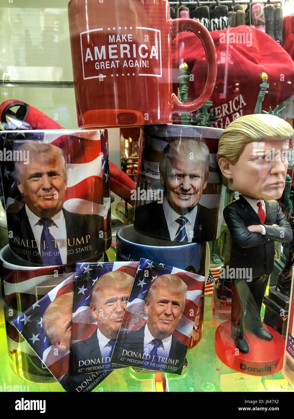 Objets Donald Trump vendus sur Time Square, NY *** Items with Donald Trump effigy sold on Time Square, NY. - Stock Image