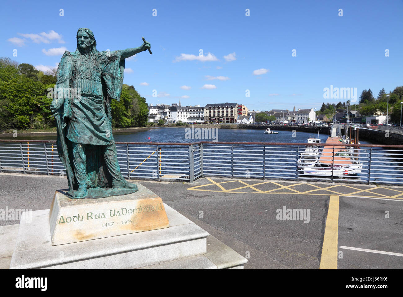 Bronze statue of Red Hugh O'Donnell on Donegal pier, Ireland - Stock Image