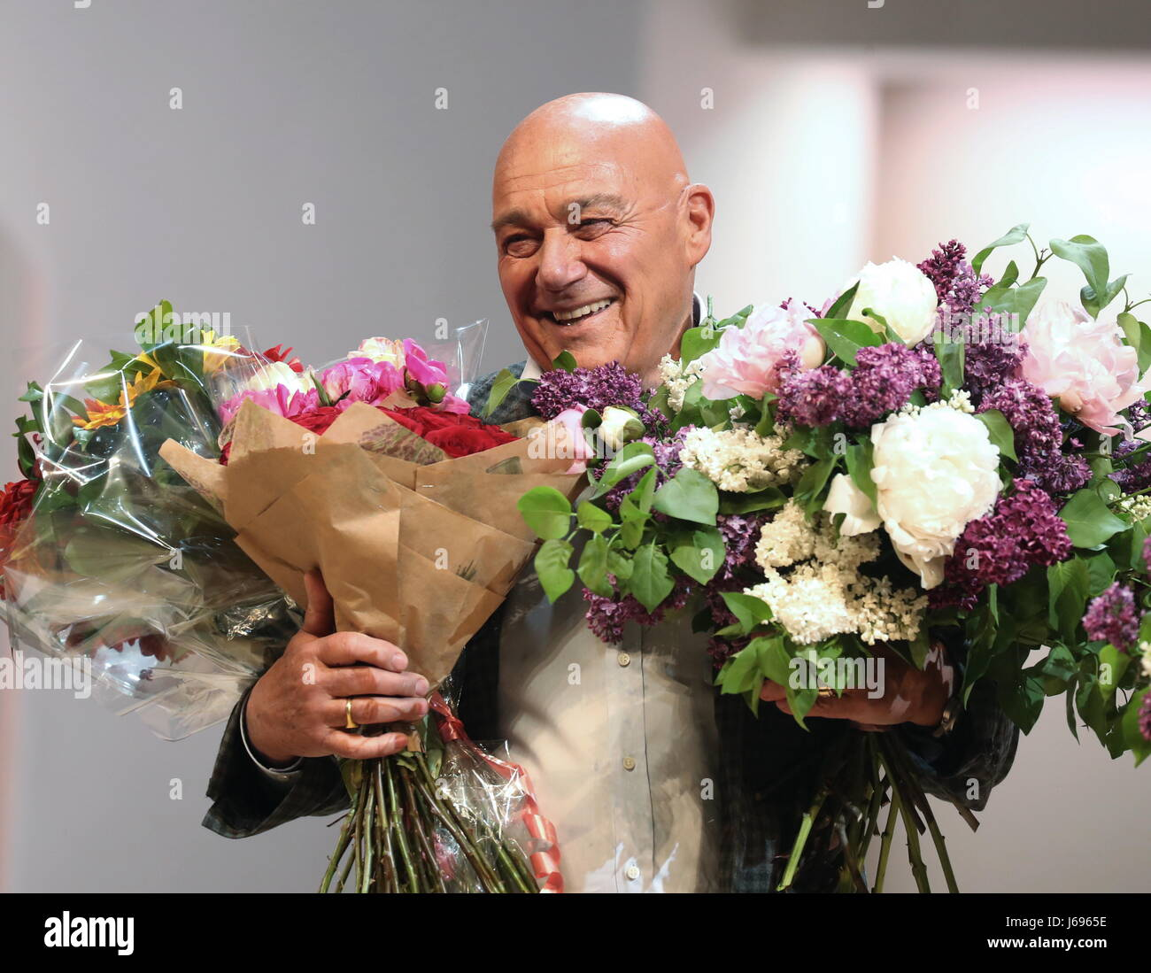 Moscow, Russia. 19th May, 2017. TV presenter Vladimir Pozner as Narrator acknowledges the audience after a play - Stock Image