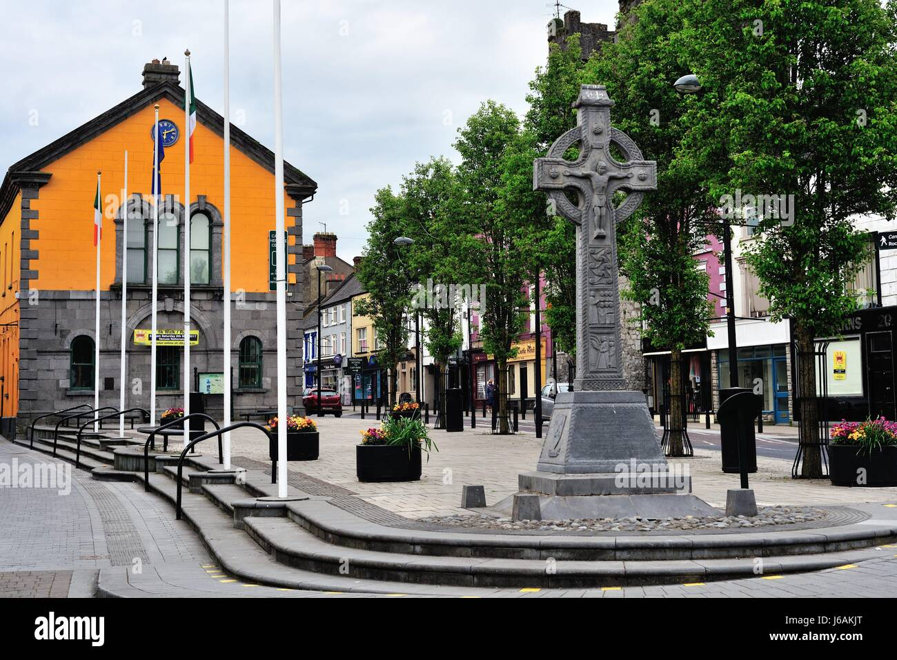 City centre of Cashel, County Tipperary, Ireland. The colorful building in the background is the Cashel Heritage - Stock Image