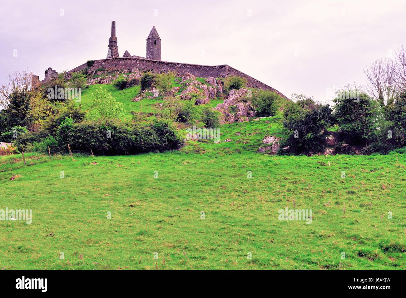 The Rock of Cashel rising above the Irish countryside in Cashel, County Tipperary, Ireland. - Stock Image