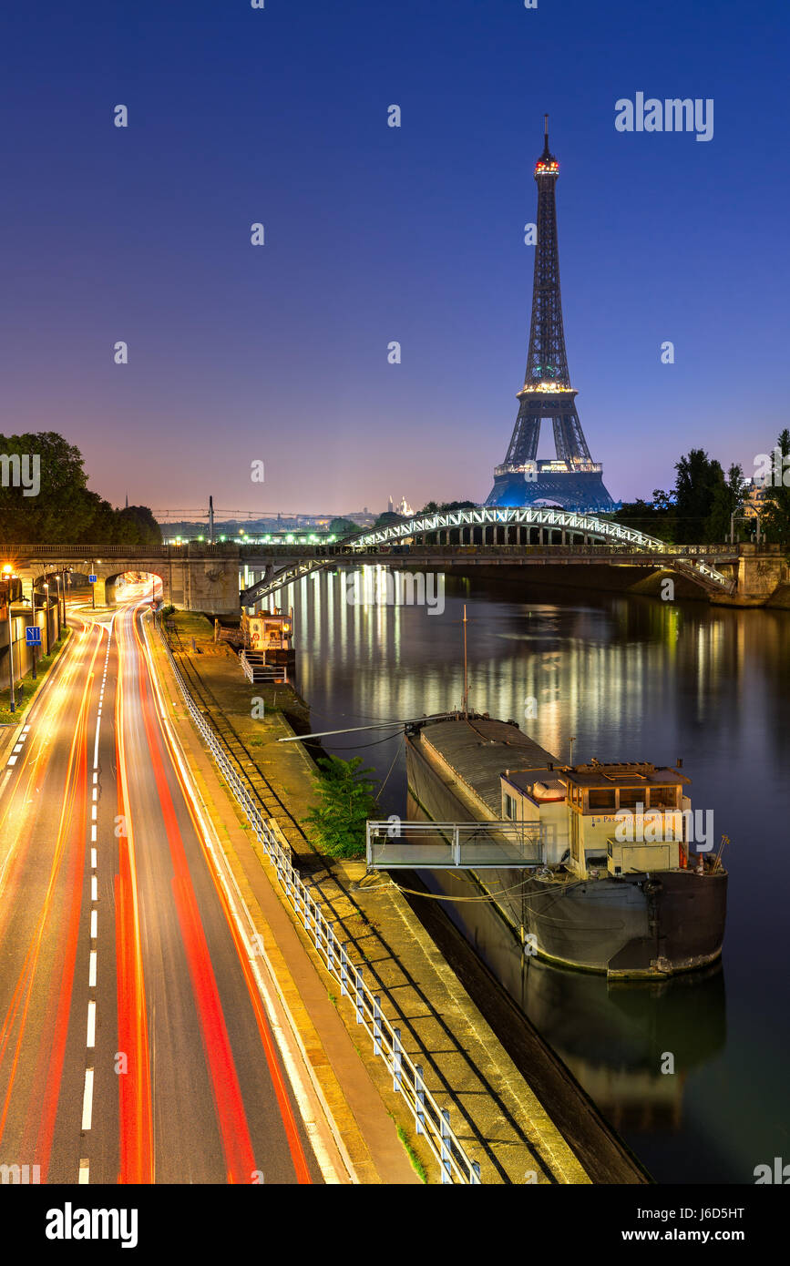 The Eiffel Tower, Rouelle Bridge and the Seine River at dawn. Paris, France - Stock Image