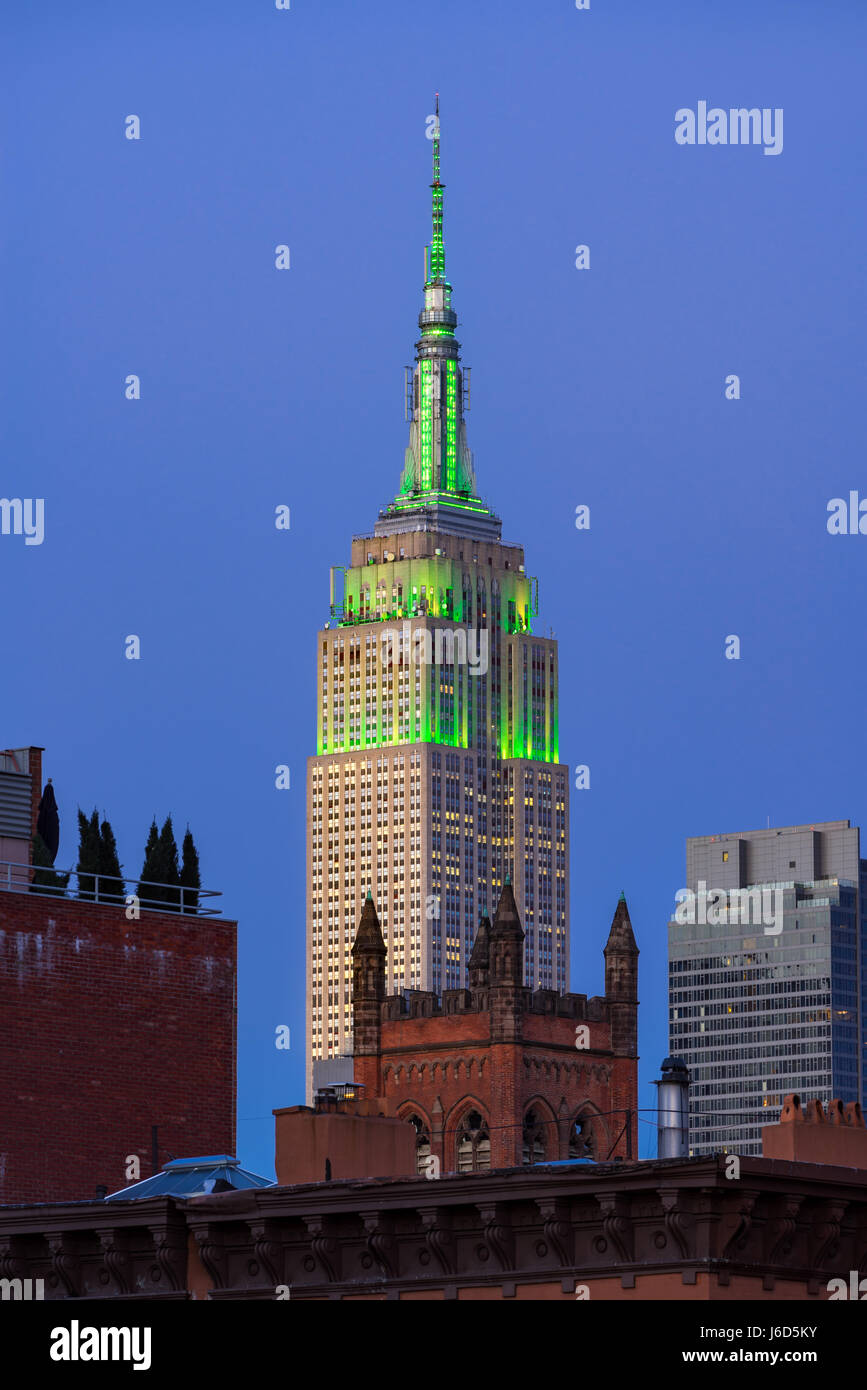 The Empire State Building at twilight illuminated in green light. New York City (view from the Highline in Chelsea) - Stock Image
