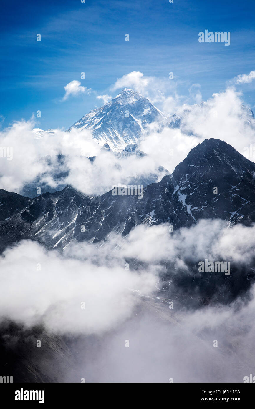 Mt. Everest rises above the surrounding Himalaya in Sagarmatha National Park, Nepal. - Stock Image