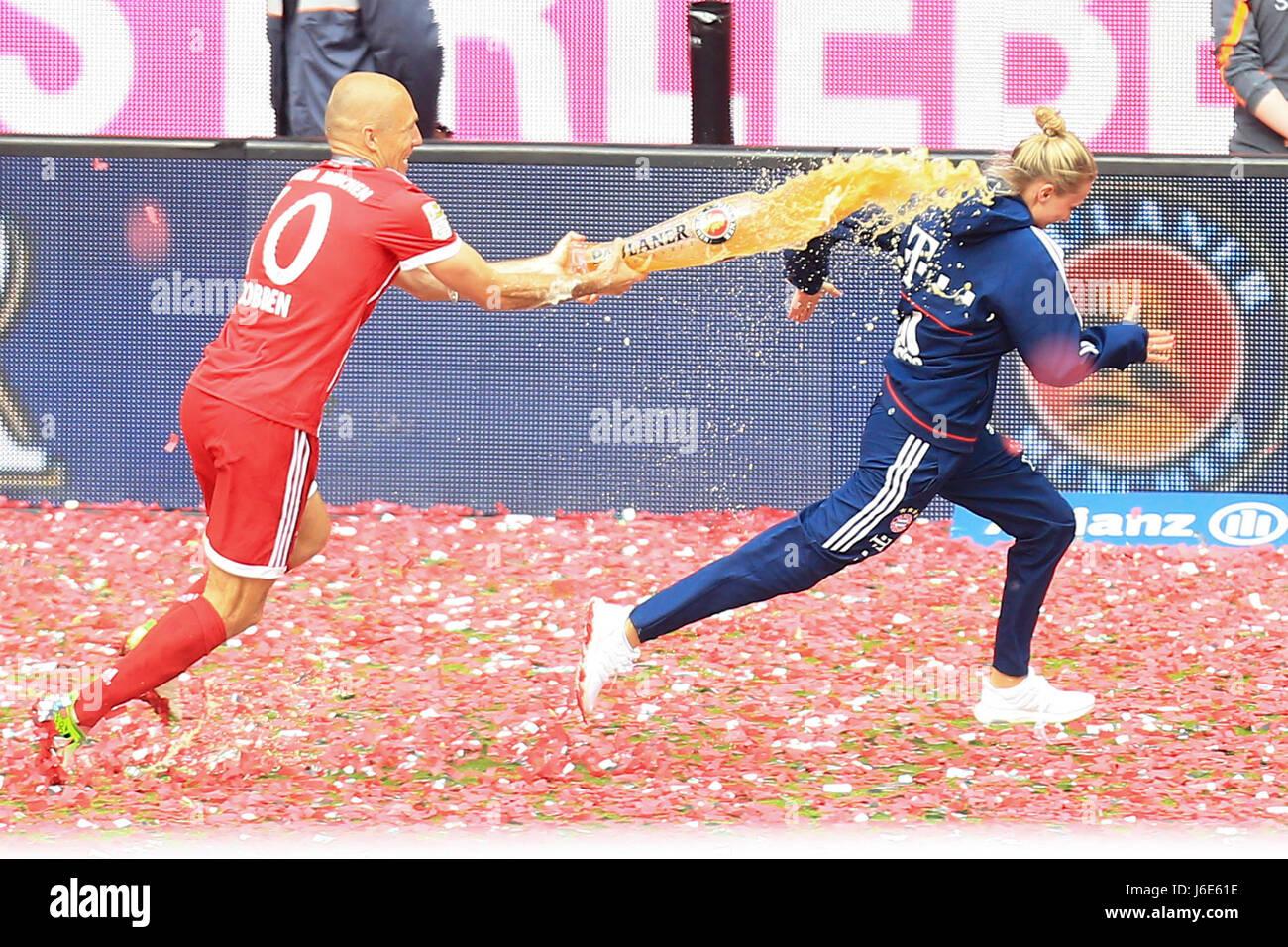 20.05.2017, Fussball 1.Bundesliga 2016/2017, 34.Spieltag, FC Bayern München - SC Freiburg, in der Allianz-Arena München.  v.li: Arjen Robben (FC Bayern München) schüttet Bier auf Temamanagerin Kathleen Krüger. Photo: Cronos/MIS Stock Photo