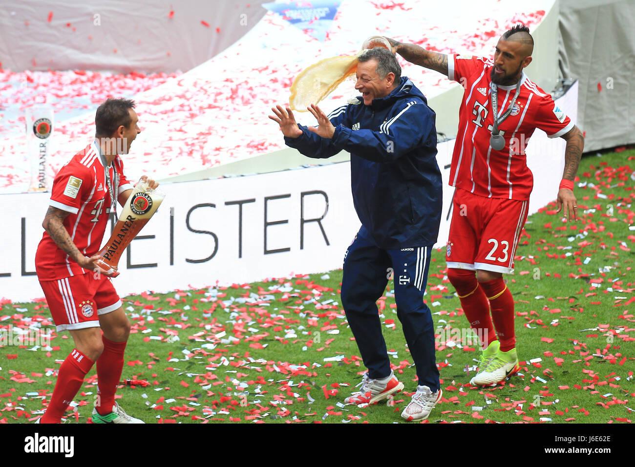 20.05.2017, Fussball 1.Bundesliga 2016/2017, 34.Spieltag, FC Bayern München - SC Freiburg, in der Allianz-Arena München.  li: Rafinha (FC Bayern München), re: Arturo Vidal (FC Bayern München) ,mitte: Gianni Biancchi (Bayern) Photo: Cronos/MIS Stock Photo