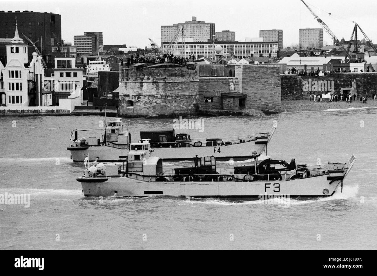 AJAXNETPHOTO.1982. PORTSMOUTH, ENGLAND. - HMS FEARLESS LANDING CRAFT LEAVE PORTSMOUTH BEHIND THE MOTHER SHIP EN - Stock Image