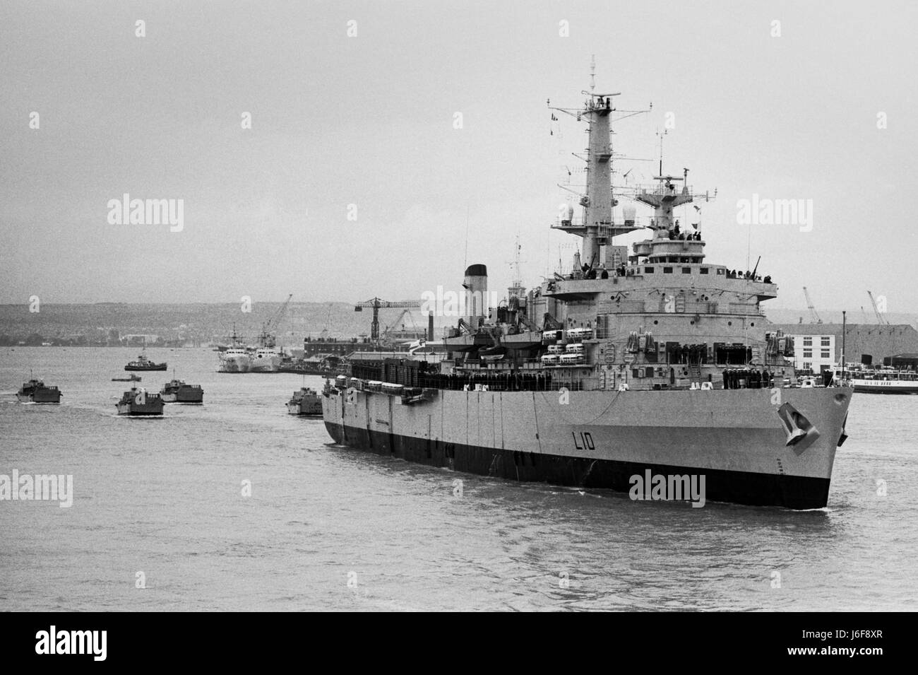 AJAXNETPHOTO. 6TH APRIL, 1982. PORTSMOUTH, ENGLAND. - HMS FEARLESS DEPARTS PORTSMOUTH FOR THE FALKLAND ISLANDS FOLLOWED - Stock Image