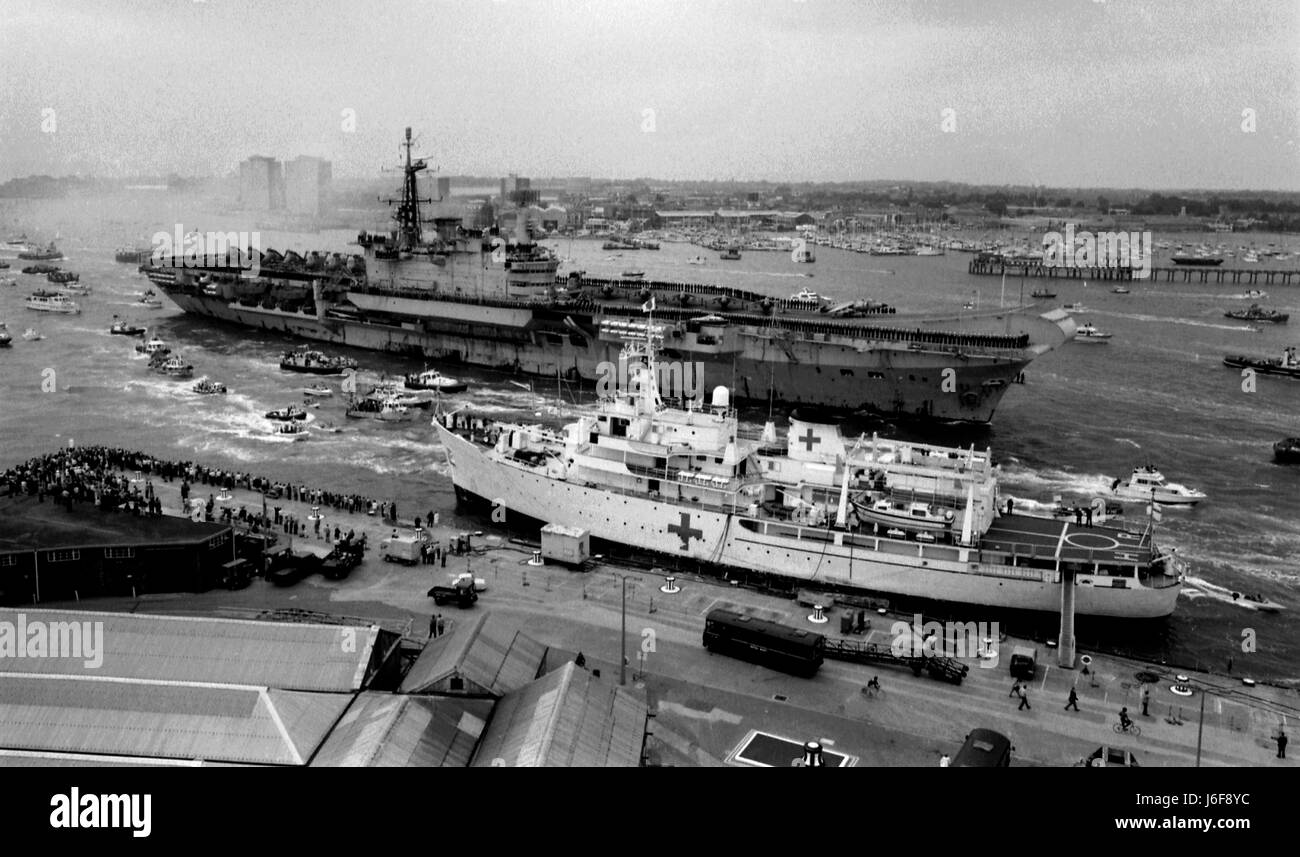 AJAXNETPHOTO. 21 JULY, 1982 - PORTSMOUTH, ENGLAND.  - HERMES RETURNS TO A ROUSING WELCOME AFTER HER DEPLOYMENT IN - Stock Image