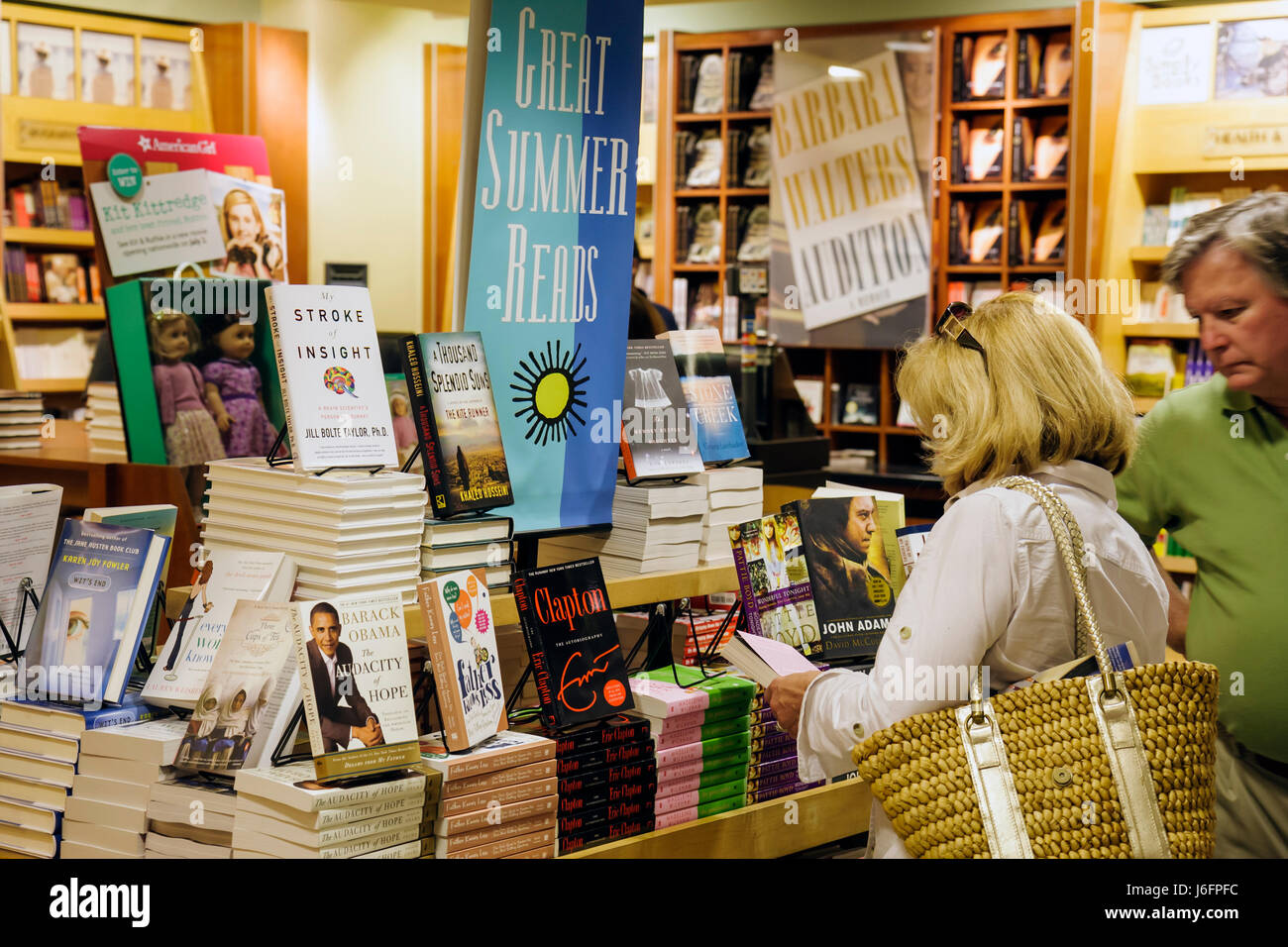 Atlanta Georgia Hartsfield-Jackson Atlanta Airport ATL woman man bookstore display bestseller business concession - Stock Image