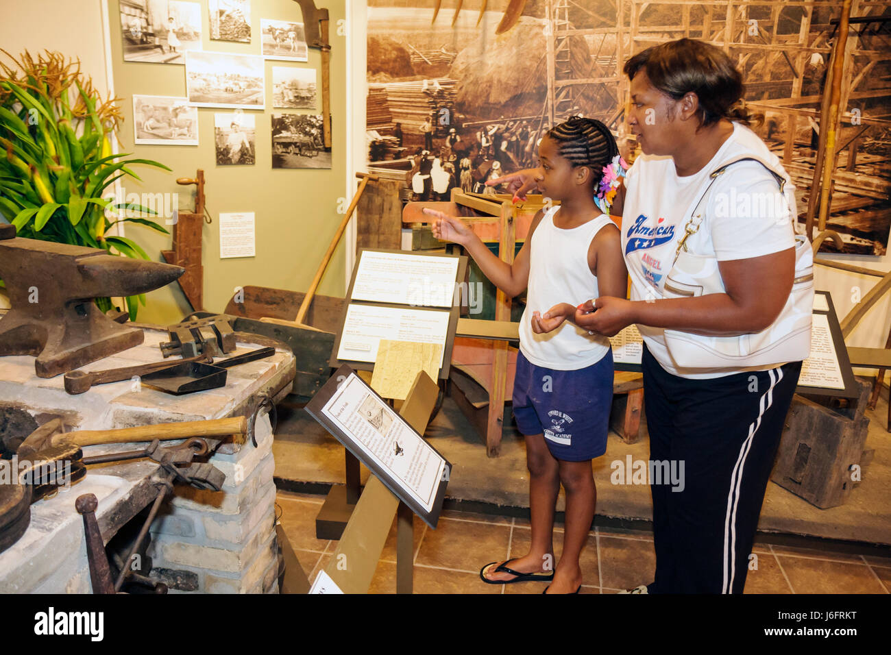 Wisconsin Kenosha Simmons Island Kenosha History Center Yesteryear Gallery Black woman girl mother child family - Stock Image
