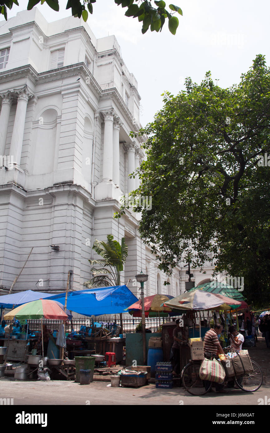 Market stalls and eateries on the pavement outside the Indian Museum Chowringhee Road - Jawaharlal Nehru Road - - Stock Image