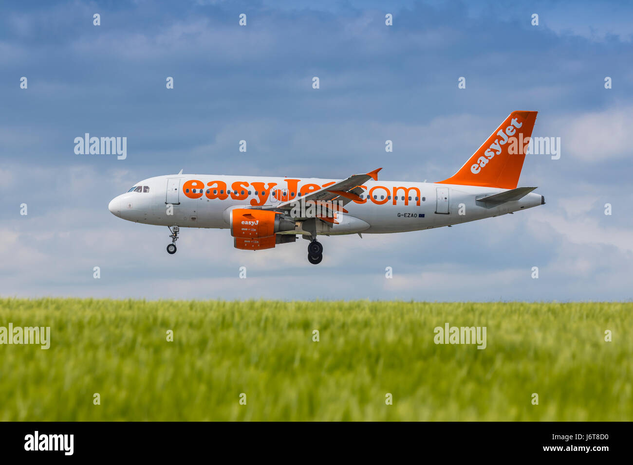 easyJet Airbus A319 registration G-EZAO landing on May 21st 2017 at London Luton Airport, Bedfordshire, UK - Stock Image