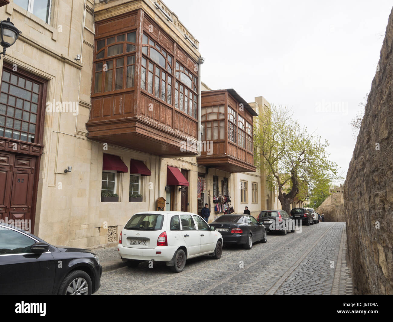 Baku old town, Icheri sheher, inner city surrounded by fortification walls, Unesco World heritage site, traffic - Stock Image