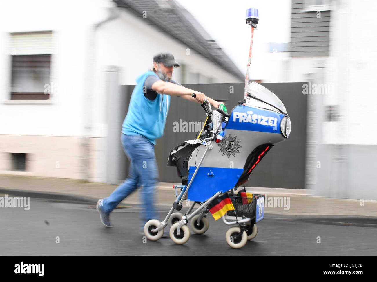 Nauheim, Germany. 19th May, 2017. Stefan Linz pushes a strange Stock ...