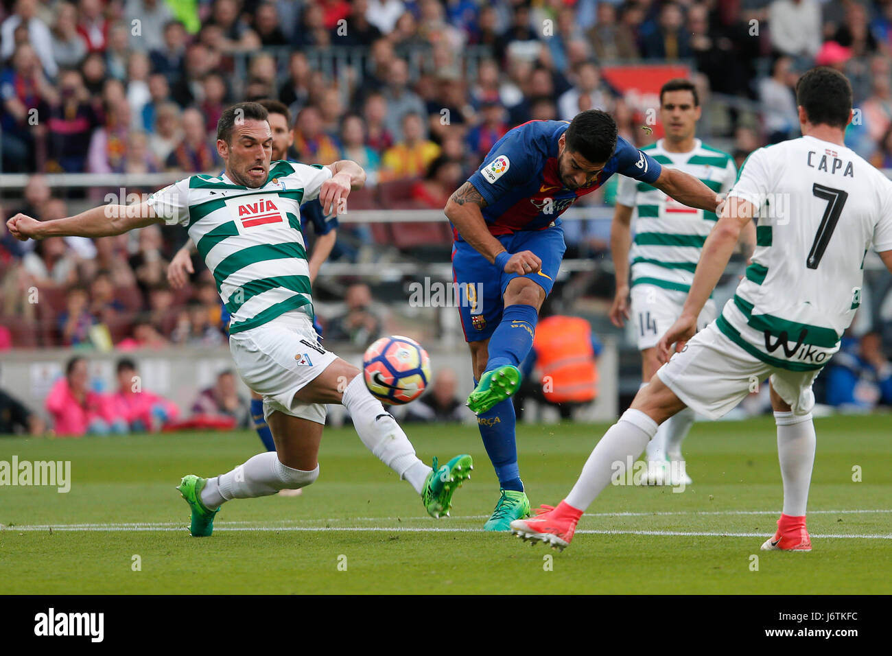 Barcelona, Spain. 21st May, 2017. Barcelona's Luis Suarez (C) kicks the ball during the Spanish first division - Stock Image