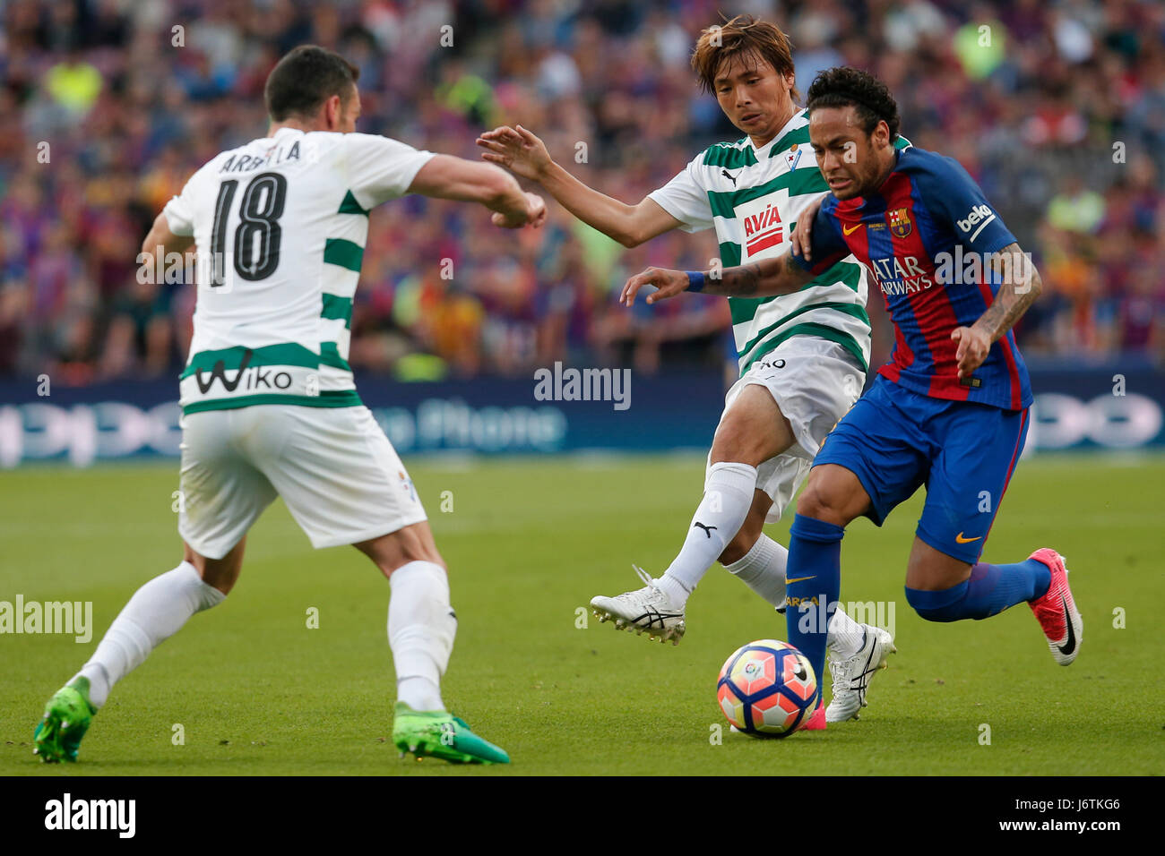 Barcelona, Spain. 21st May, 2017. Barcelona's Neymar (R) controls the ball during the Spanish first division - Stock Image