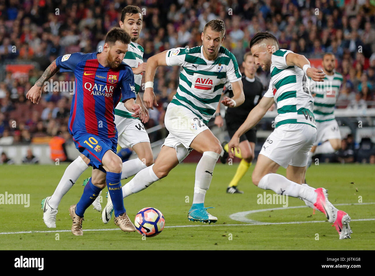 Barcelona, Spain. 21st May, 2017. Barcelona's Lionel Messi (L) runs with the ball during the Spanish first division - Stock Image
