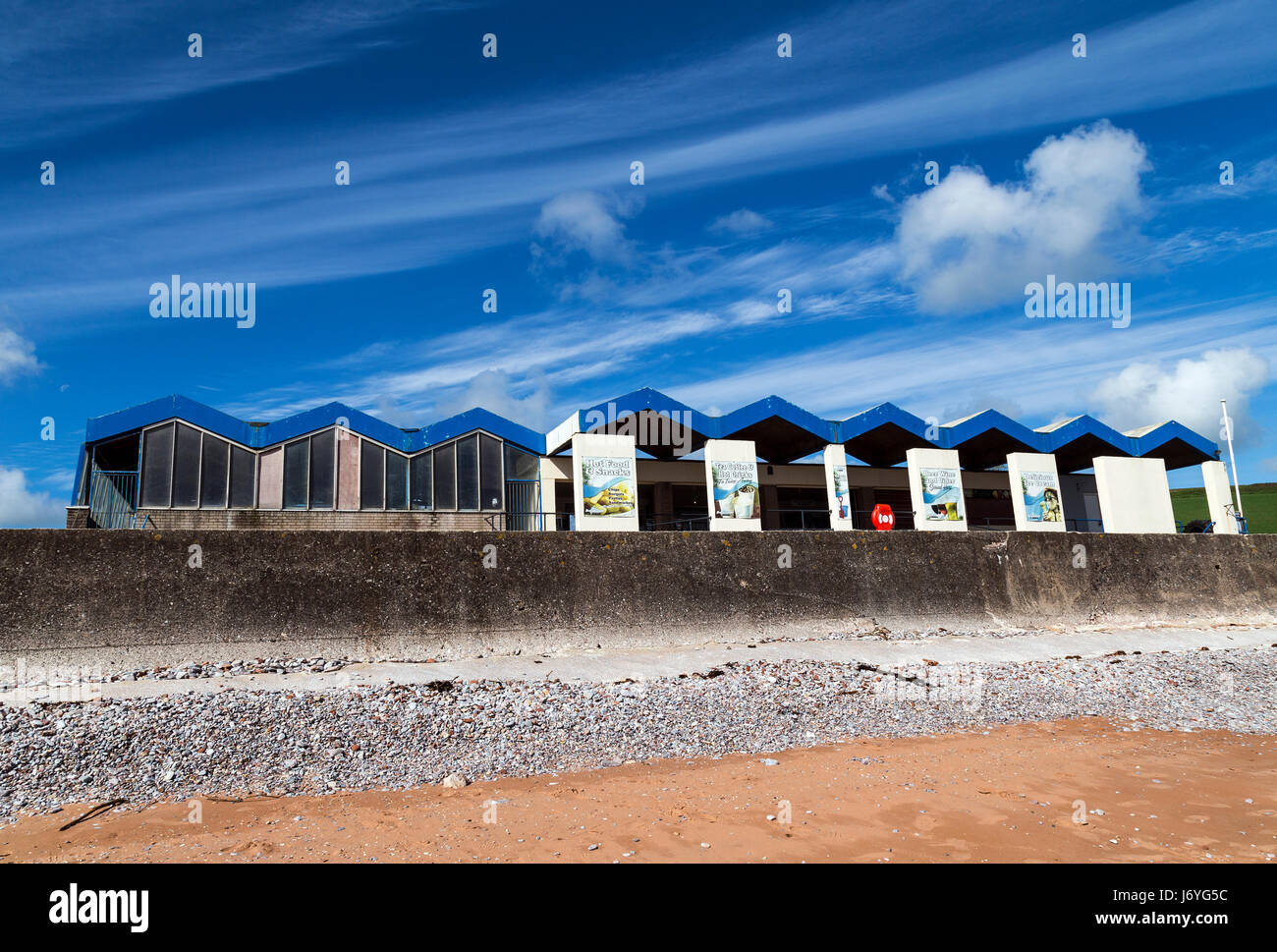 Broadsands beach,Beachhuts and green fieldssandBroadsands beachBeachhuts and green SEASIDESCENESEASHOREBATHERSCOASTALVIEWtradition - Stock Image