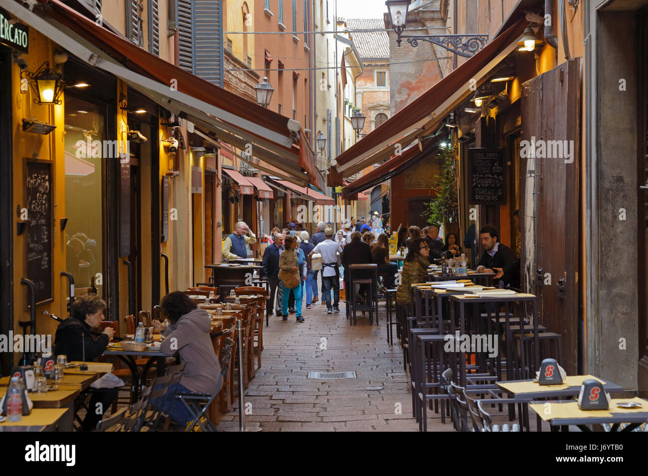 Cafes and bars on 'Foodie Street' Via Pescherie Vecchie, street of the Old Fish Mongers, Bologna, Emilia - Stock Image