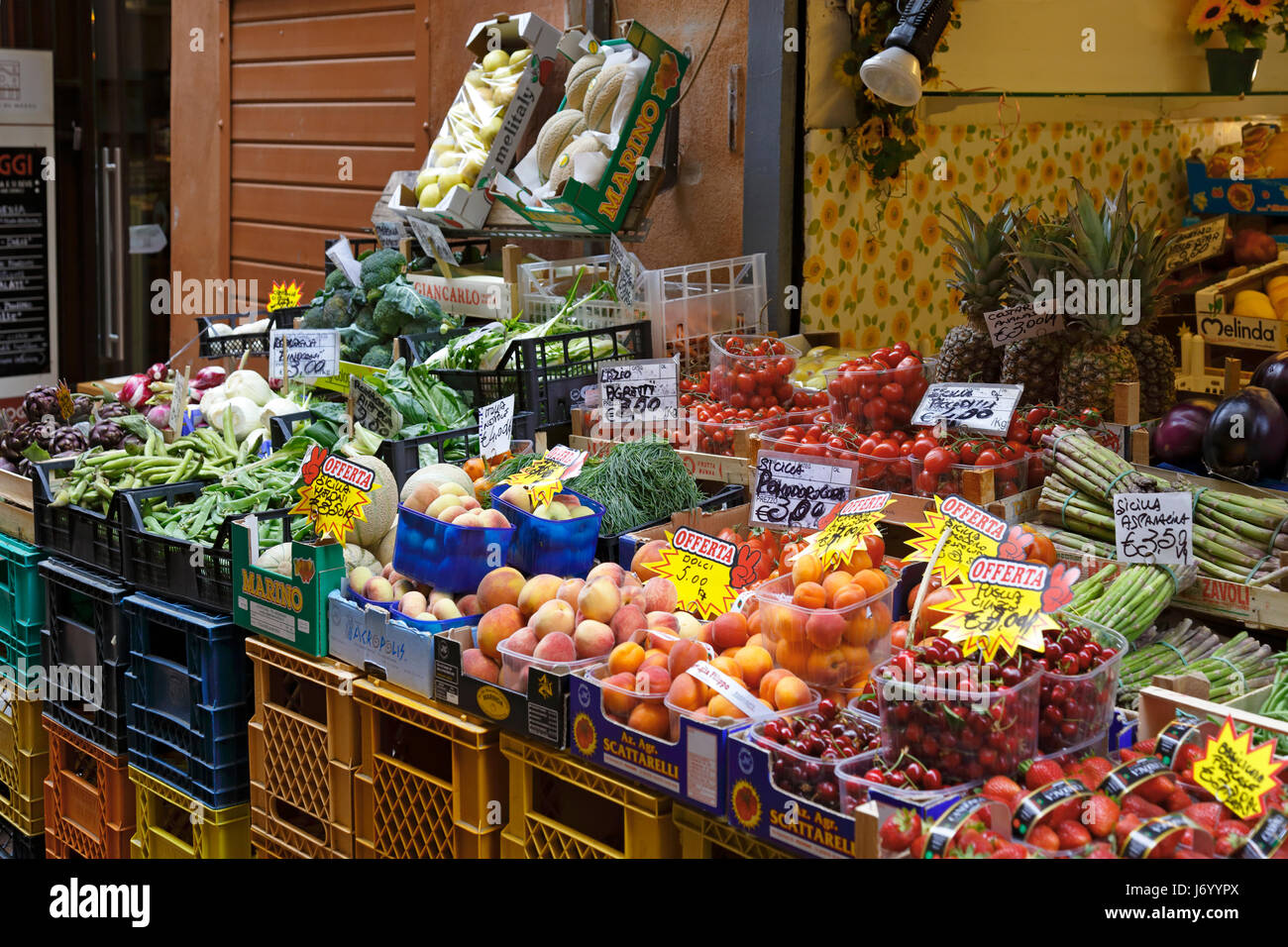 Fruit and vegetable stalls on 'Foodie Street' Via Pescherie Vecchie, street of the Old Fish Mongers, Bologna, - Stock Image
