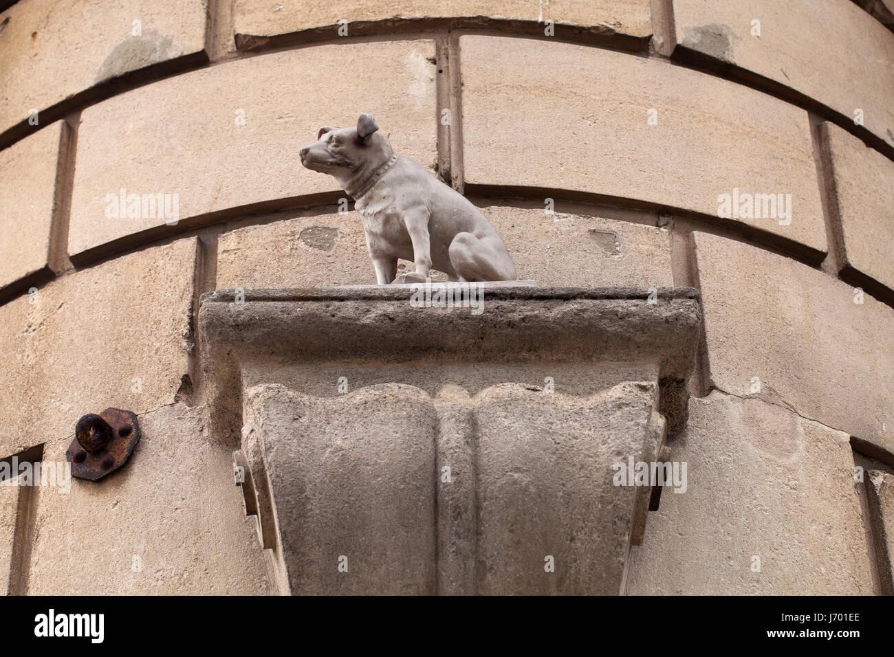 Statue of Nipper, the HMV (His Masters Voice) dog, born in Bristol. - Stock Image