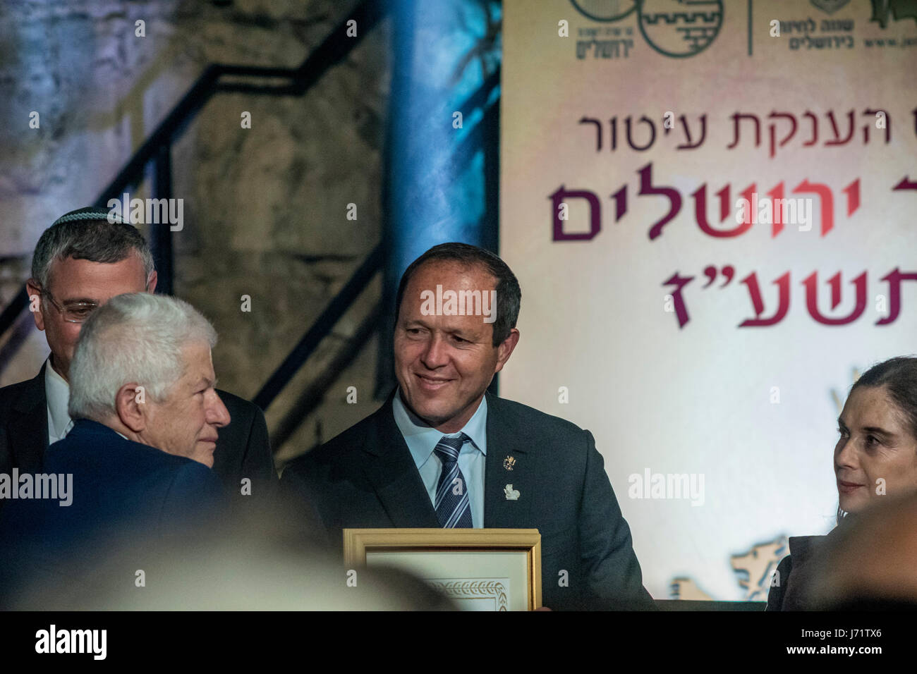 Jerusalem, Israel. 22nd May, 2017. Jerusalem's mayor Nir Barkat presents a merit certificate to Prof. Khalil - Stock Image