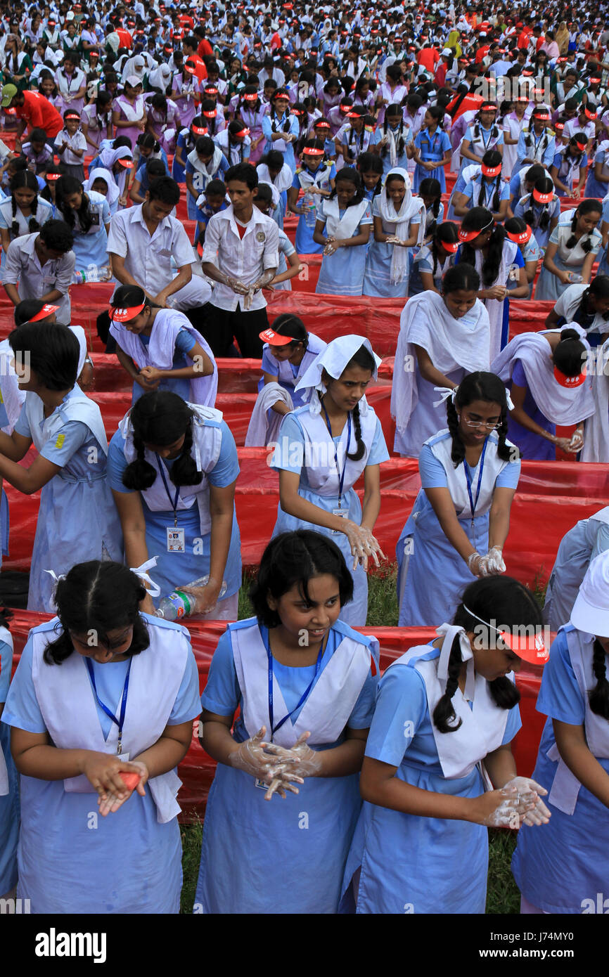 Students wash hands at Residential Model School in Dhaka marking Global Hand Washing Day 2010 jointly organised - Stock Image