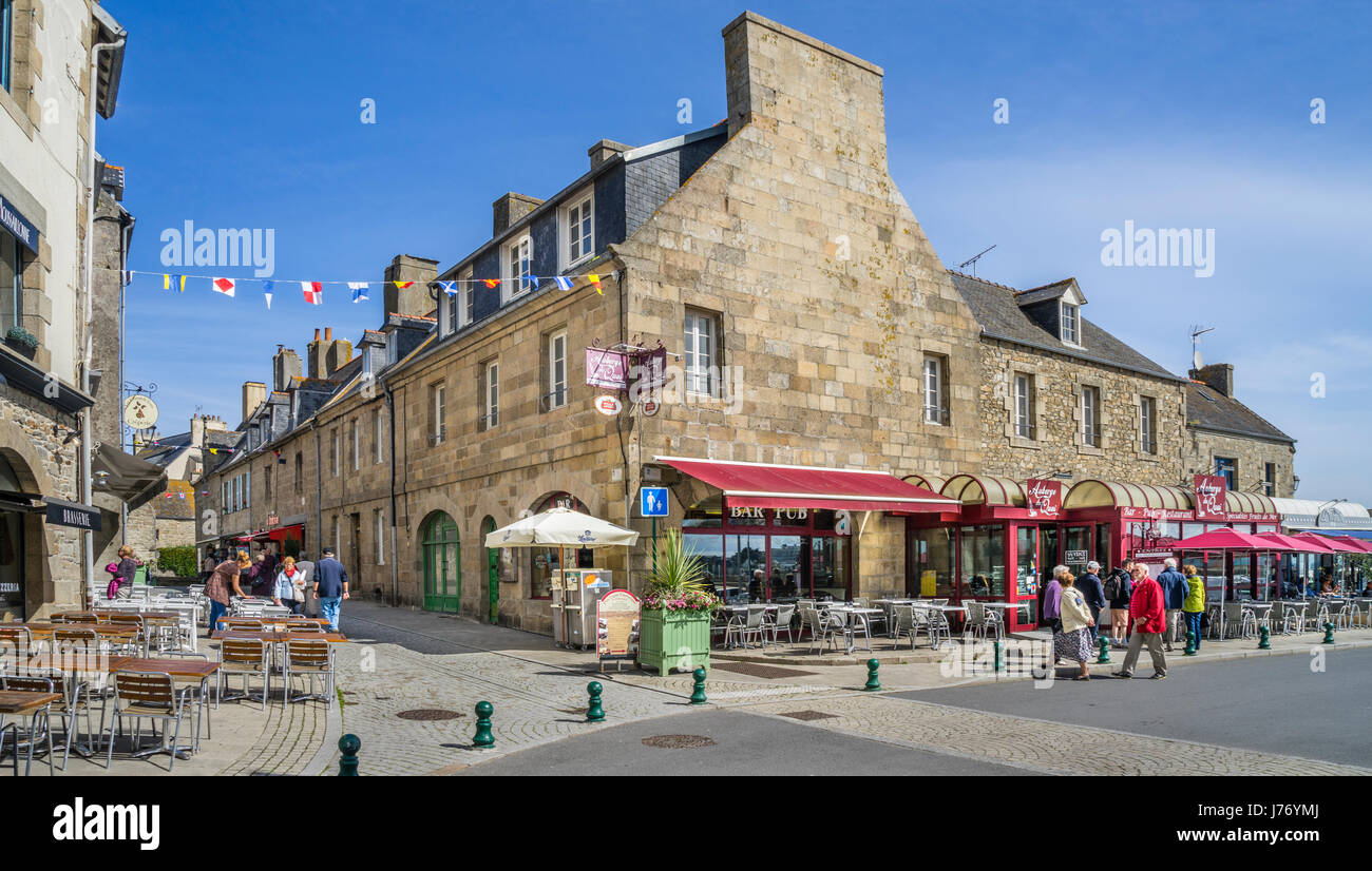 France, Brittany, Finistére department, Roscoff, the picturesque architecture of its granite houses has earned - Stock Image