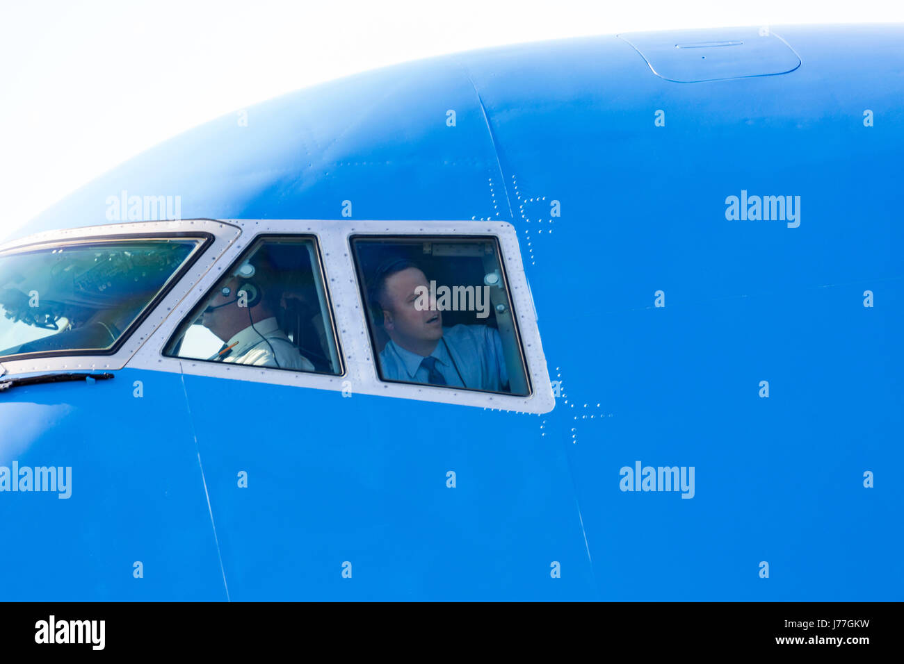 Rome, Italy. 23rd May, 2017. Flight crew on board Air Force One look out of the cockpit on arrival at Rome Fiumicino - Stock Image