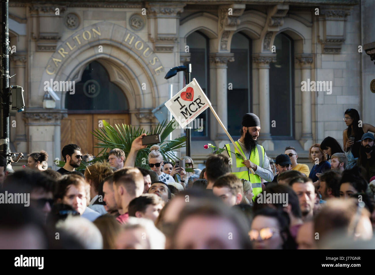 Manchester, UK. 23rd May, 2017. Thousands gather for a vigil at Manchester town hall to stand together in solidarity - Stock Image